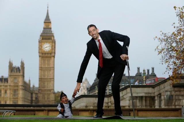 Londres: quand l'homme le plus grand du monde rencontre le plus petit