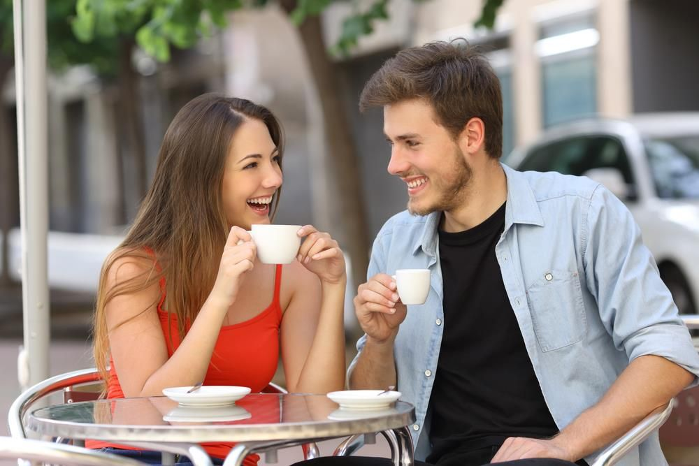 homme en couple qui flirt