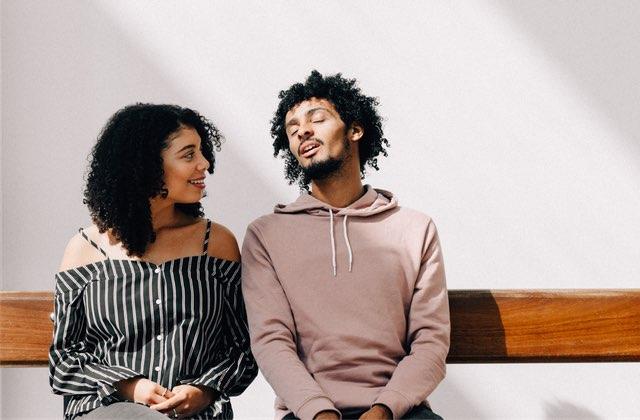 Pourquoi les femmes et les hommes perçoivent le flirt de manière différente ? - aacs-asso.fr